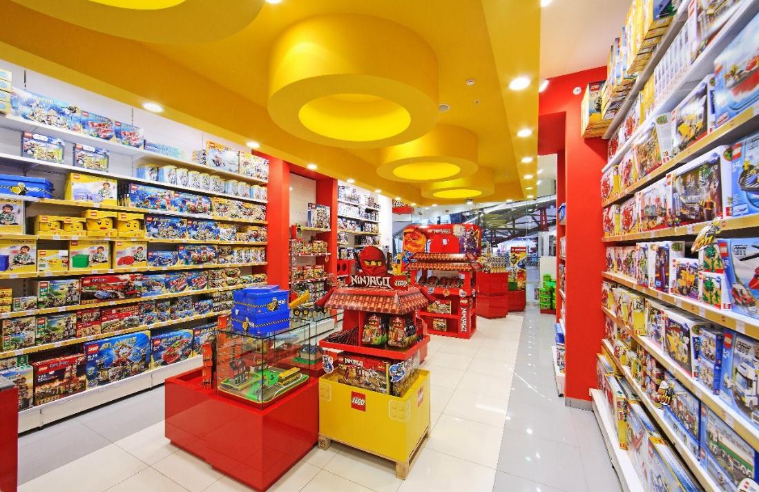 асортимент товару в магазині дитячих іграшок