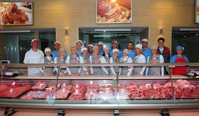 Работники мясного магазина