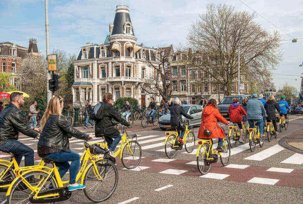 Люди на велосипеде