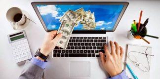 Мужские руки берут деньги из ноутбука