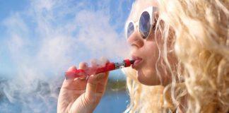 Блондинка курит электронную сигарету